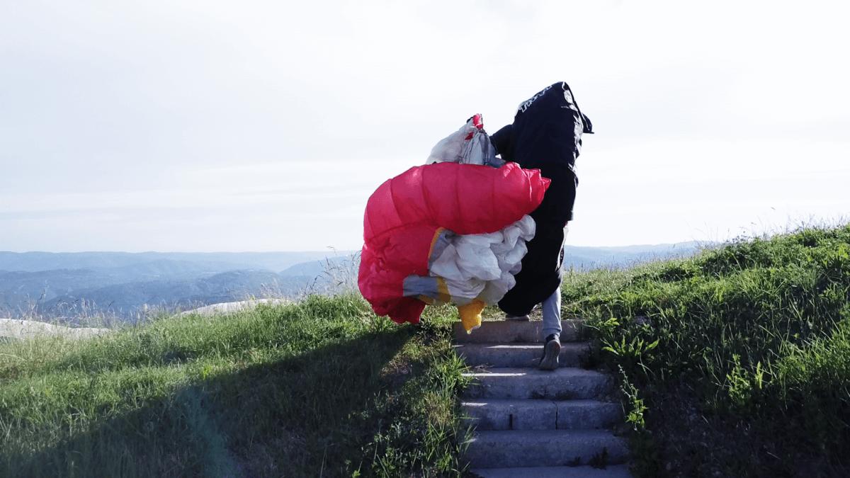 Gleitschirmflieger auf dem Weg