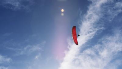 Gleitschirmflieger am blauen Himmel