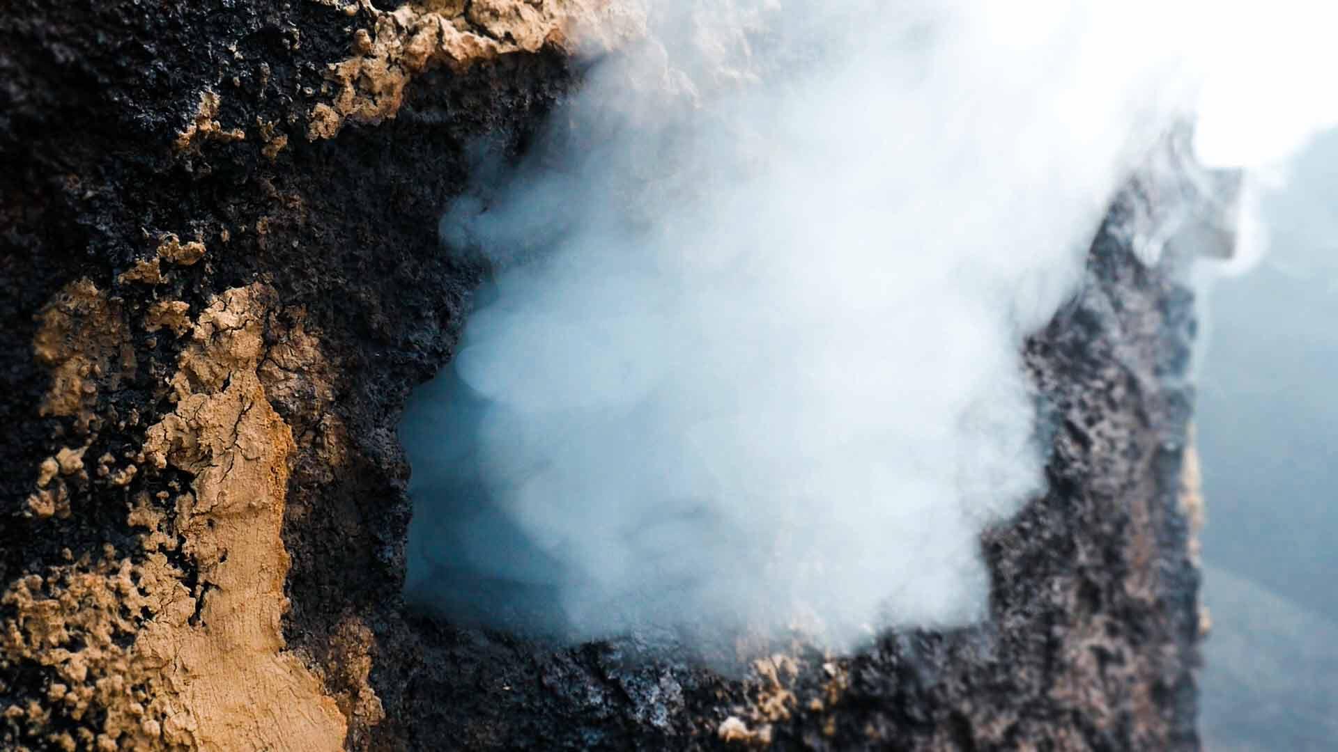 Dampf aus dem Ofen einer Köhlerei